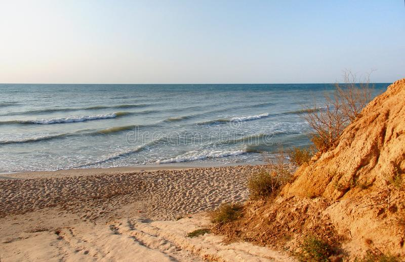 Belles collines de bord de la mer et de sable de colorfull photographie stock