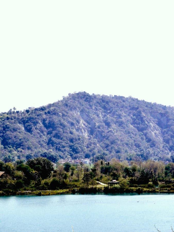 Belles collines et eau bleue image libre de droits