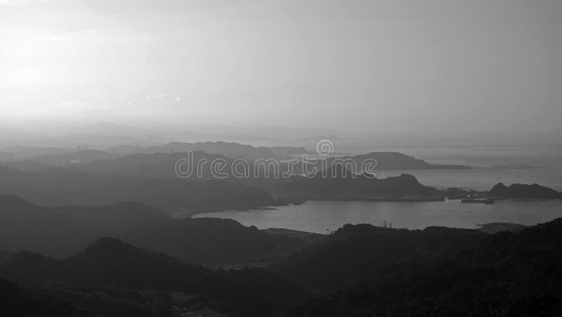 Belles couches de montagne dans la distance lointaine en noir et blanc photo libre de droits