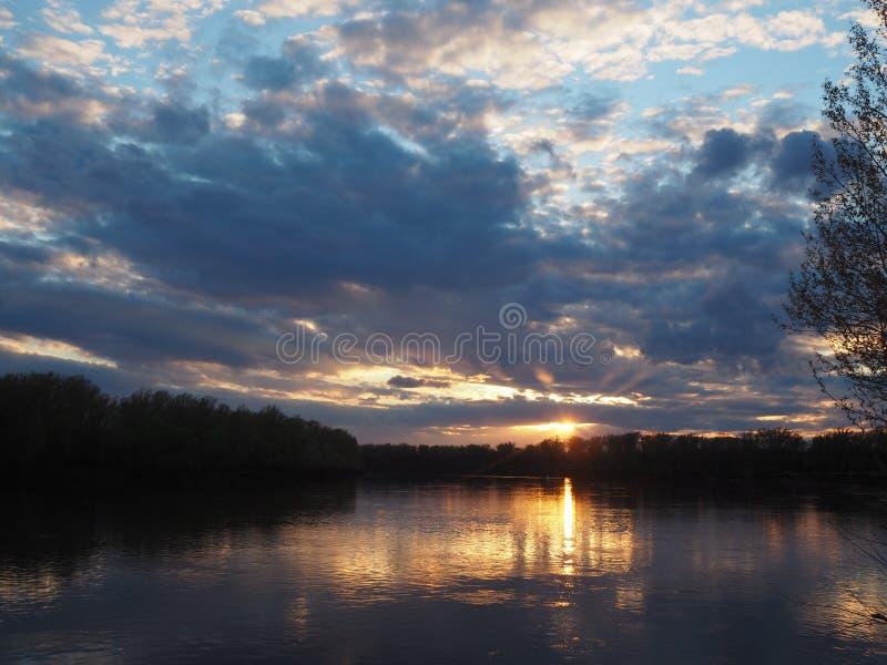 Belles couleurs de coucher du soleil sous la rivière photo libre de droits