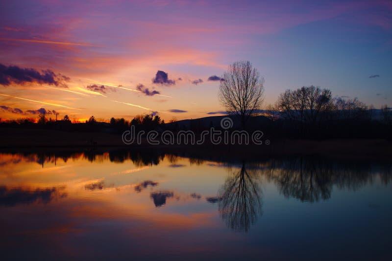 Belles couleurs et réflexion rouges et bleues après sunse images stock