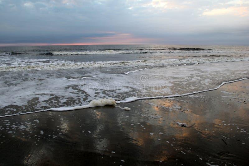 Belles couleurs roses et bleues de lever de soleil sur la plage photographie stock libre de droits