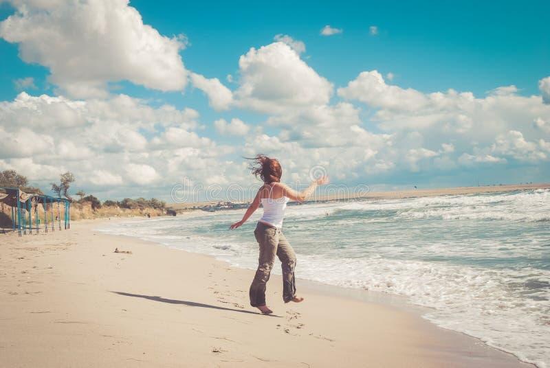 Belles courses de femme sur la plage photos libres de droits