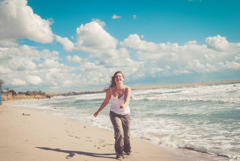 Belles courses de femme sur la plage photographie stock