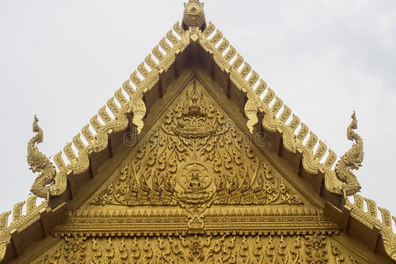Belles décorations au toit de la chapelle d'or de Wat Paknam Jolo, Bangkhla, province de Chachoengsao, Thaïlande images libres de droits