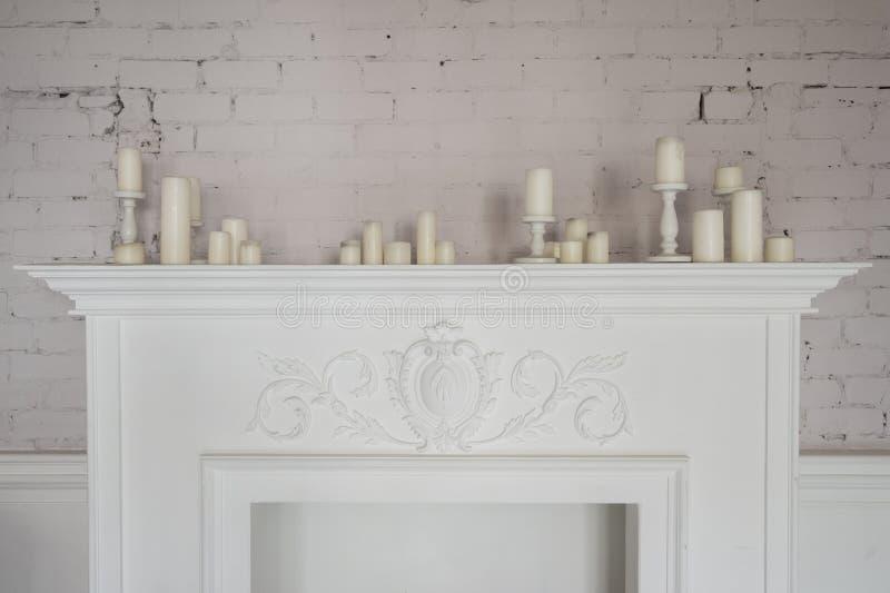 Belles décorations de cheminée avec des bougies dans le salon confortable images stock