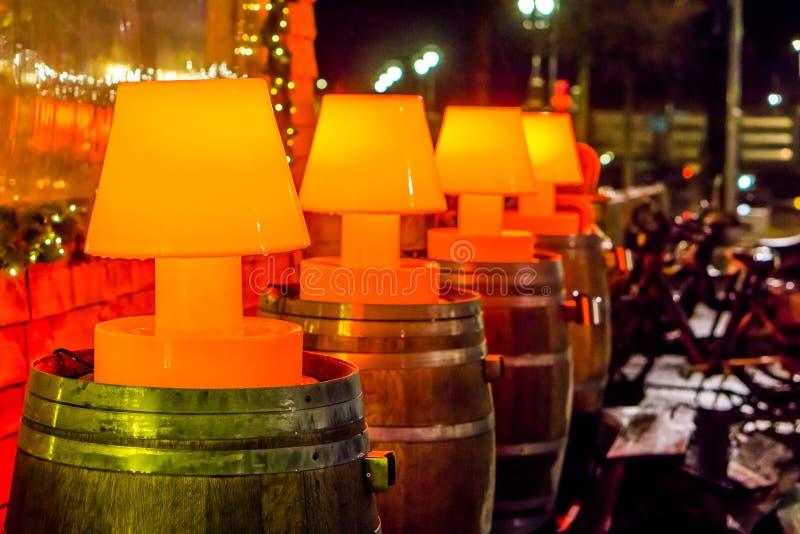 Belles décorations de rue, ligne des lampes rouges allumées sur les barils en bois, décoration extérieure photo stock