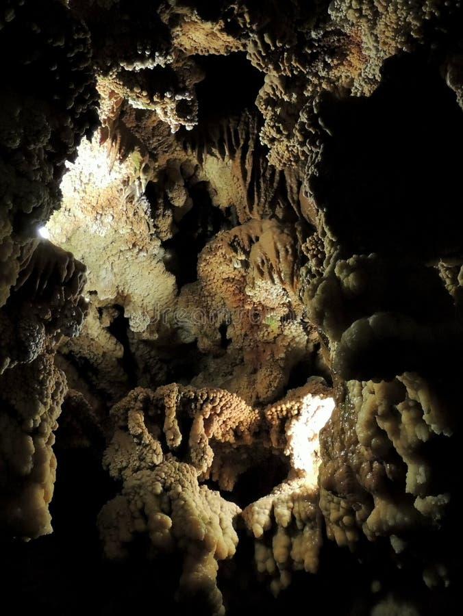 Belles et diverses formations de stalactite dans la caverne d'Ali Sadr de l'Iran image libre de droits