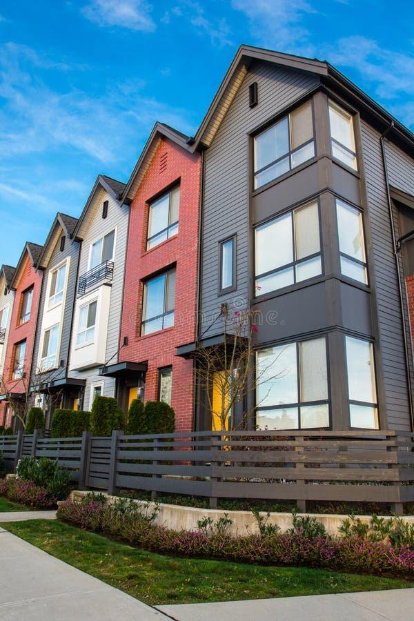Belles et très modernes maisons urbaines Nouveauté sur le marché de l'immobilier photographie stock libre de droits