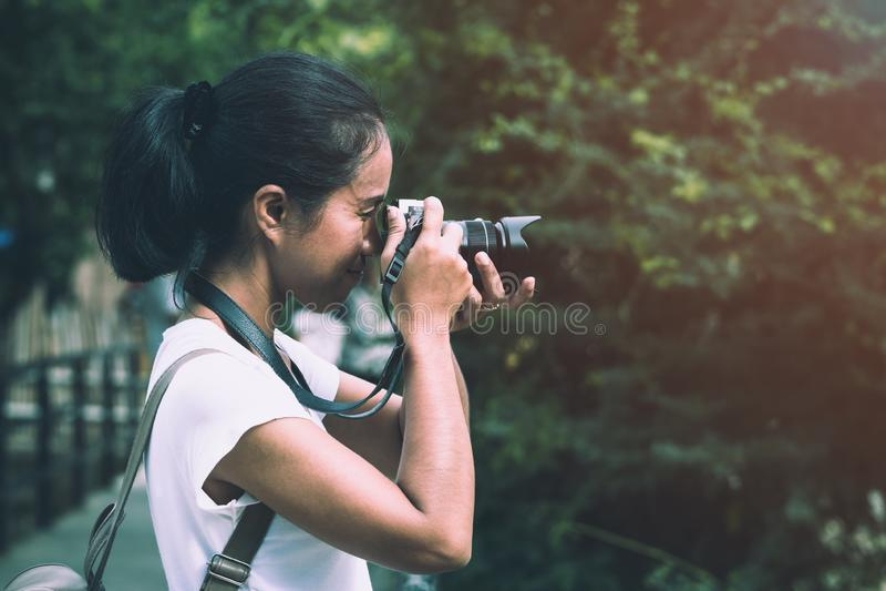 Belles femmes asiatiques avec la caméra de but de sac à dos photo stock
