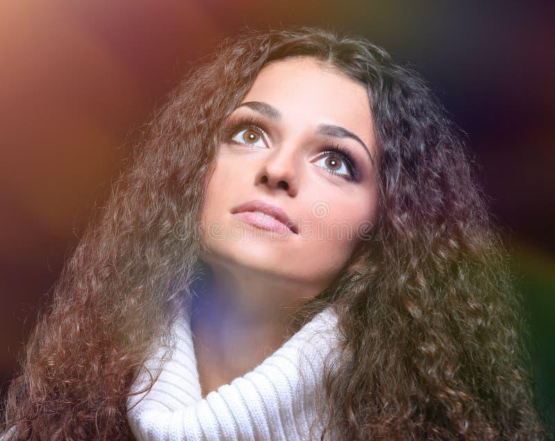 Belles femmes avec de longs cheveux dans un chandail recherchant photos libres de droits