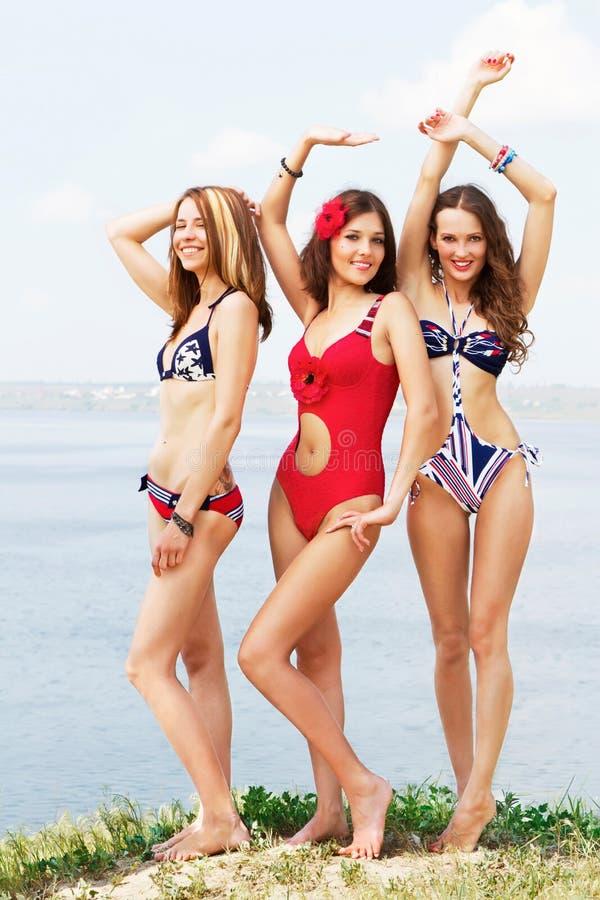 Belles femmes ayant l'amusement sur la plage photo libre de droits