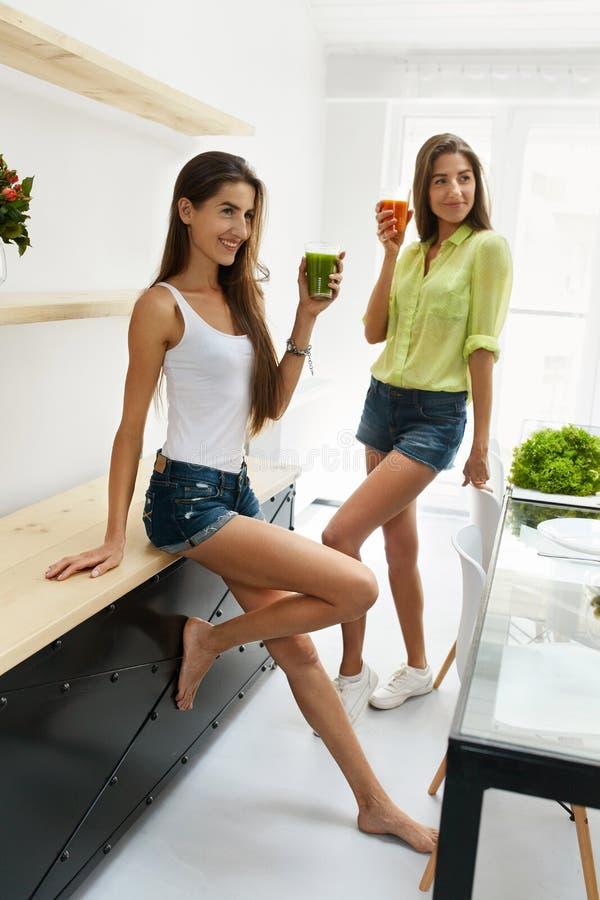 Belles femmes buvant le Detox frais Juice For Healthy Nutrition image libre de droits
