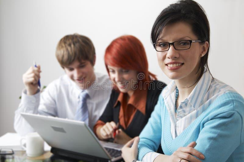 Belles femmes caucasiennes d'affaires avec le conseiller image stock