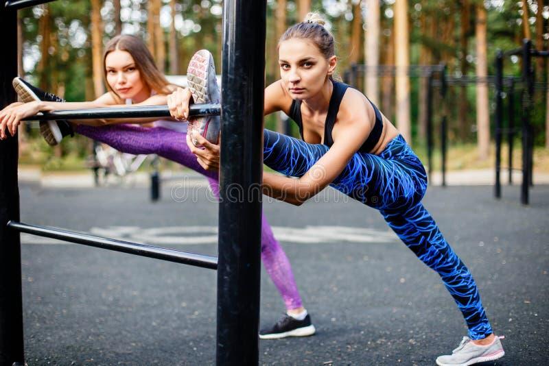 Belles femmes caucasiennes faisant l'exercice extérieur en parc image stock