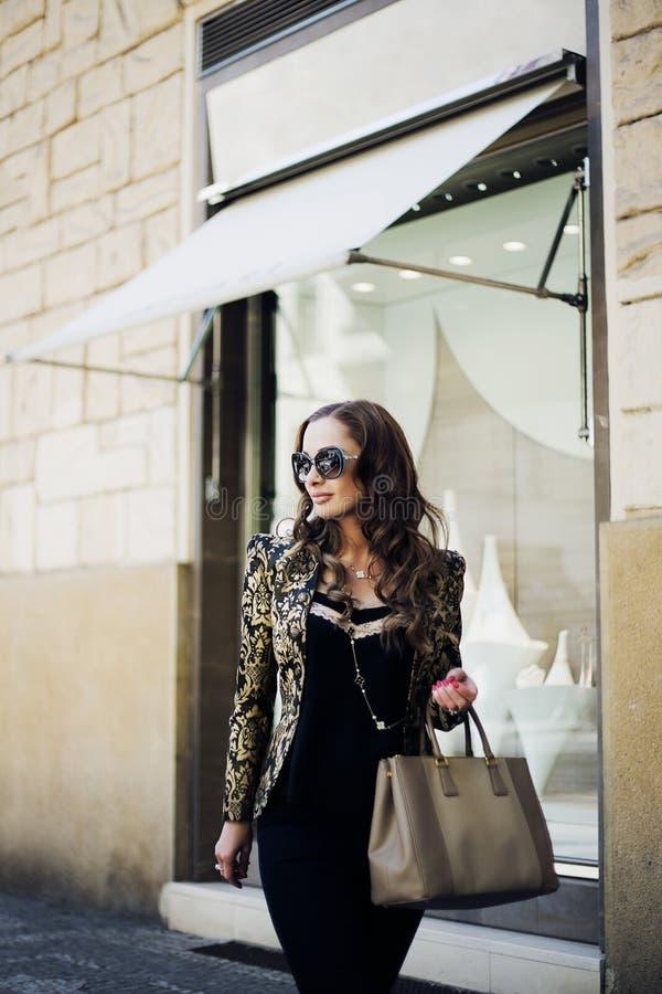 Belles femmes dans des lunettes de soleil dans la ville photographie stock libre de droits