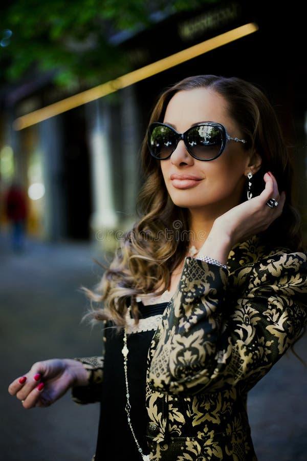 Belles femmes dans des lunettes de soleil dans la ville images stock