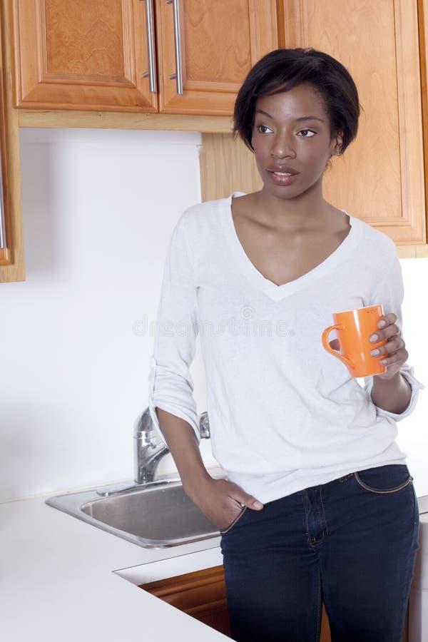 Belles femmes de couleur à la maison souriant photographie stock