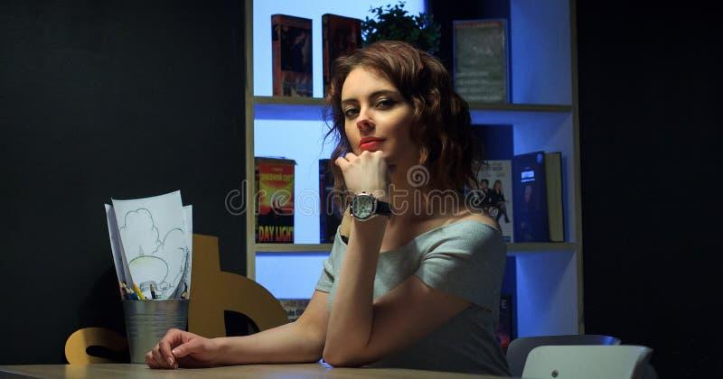 Belles femmes en café de ville photo stock