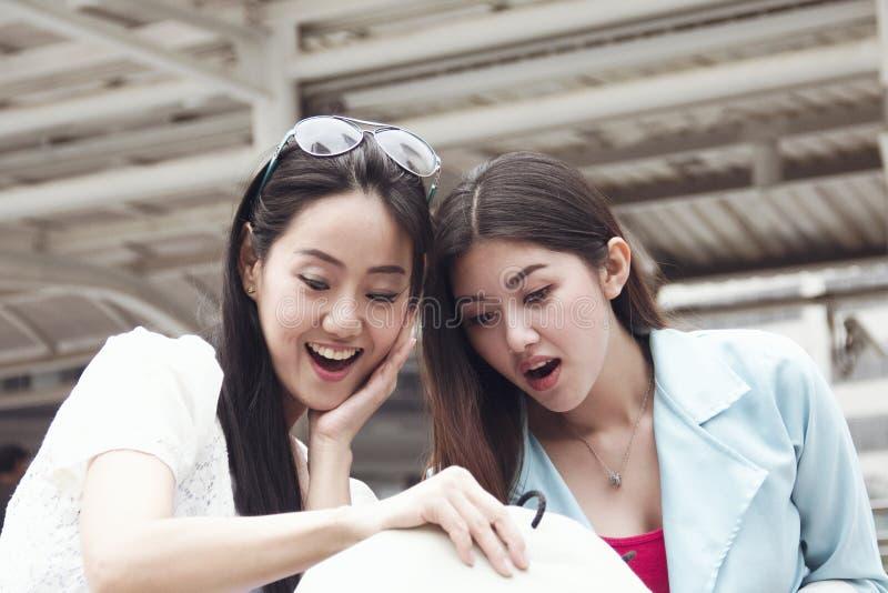 Belles femmes heureuses et achats de marche dans la ville photographie stock