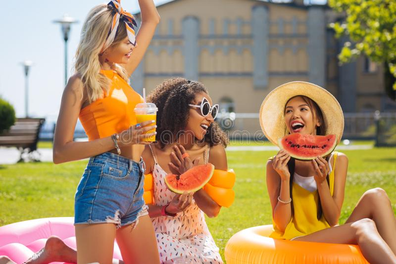 Belles femmes heureuses joyeuses appréciant leur pique-nique images libres de droits