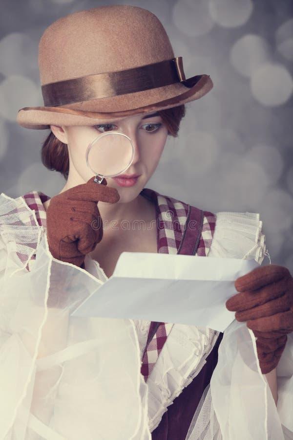 Belles femmes rousses avec la loupe. images libres de droits