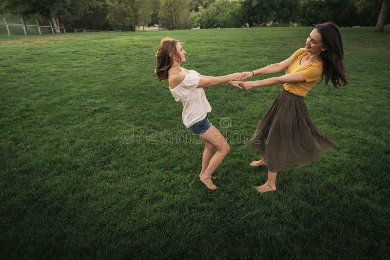 Belles femmes souriant et ayant l'amusement photos libres de droits
