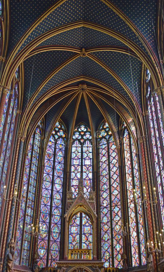 Belles fenêtres en verre teinté dans les Frances intérieures de niveau supérieur de Sainte-Chapelle Paris photo stock