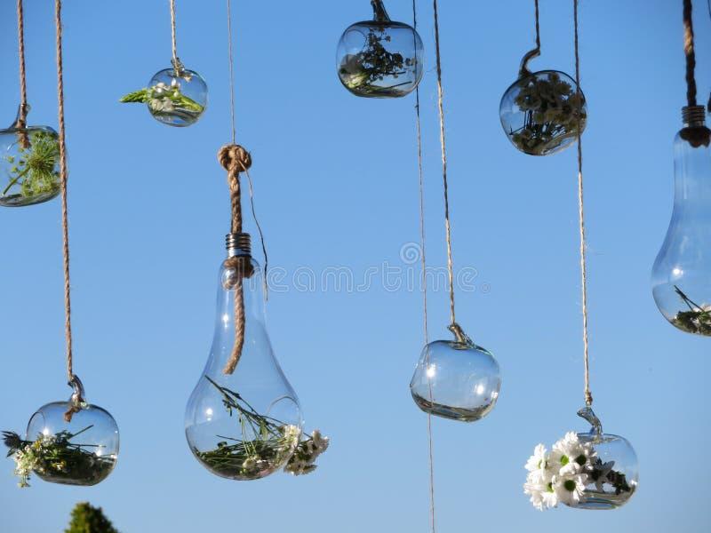 Belles figures de verre mélangées aux fleurs du goût très bon photo stock