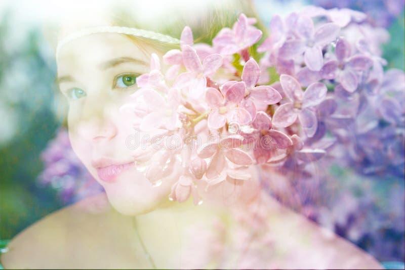 Belles fille et fleurs Roux photos stock
