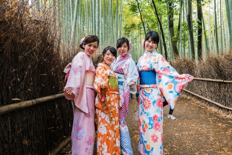 Belles filles japonaises dans la forêt en bambou de visite de kimono d'arums images stock