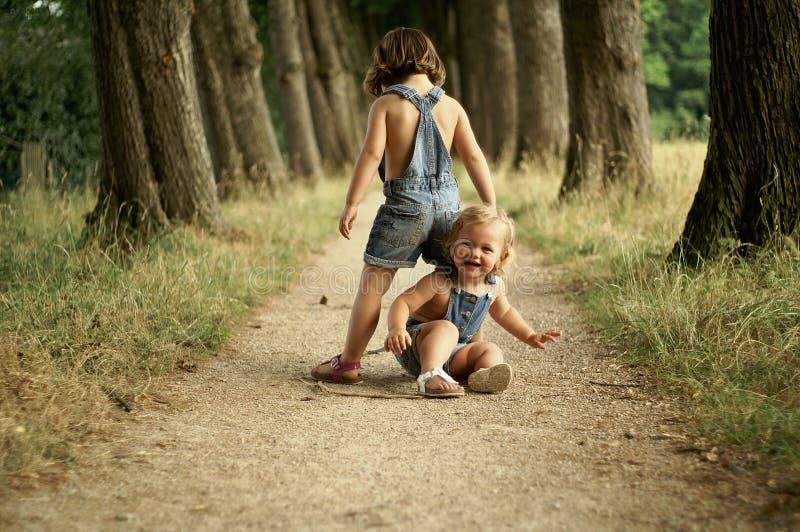 Belles filles jouant à l'extérieur photo stock