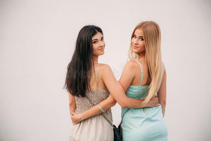 Belles filles posant pour le photographe La brune et la blonde sourit photos libres de droits