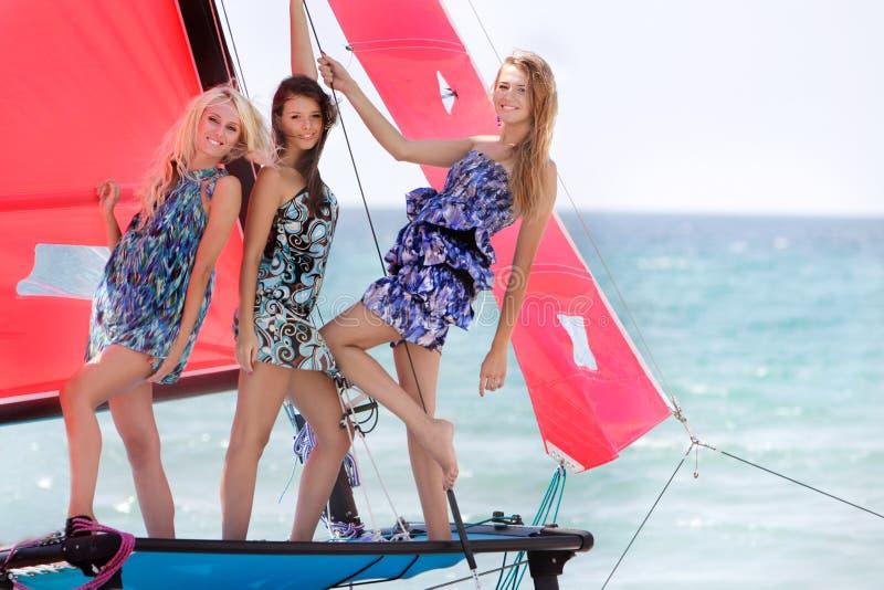 Belles filles sur le yacht de mer images libres de droits