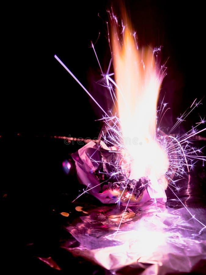 Belles flammes de concept Le feu sur le papier de brûlures avec le fond noir image stock