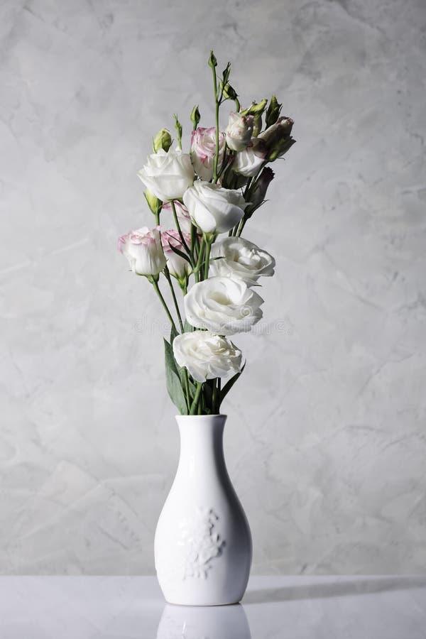 Belles fleurs dans le vase blanc image libre de droits