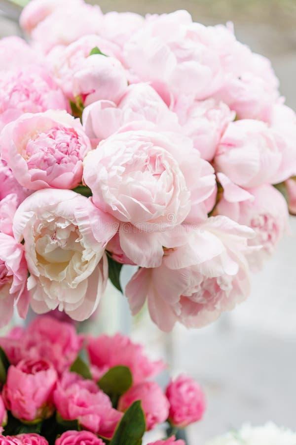 Belles fleurs dans le vase en verre Beau bouquet des pivoines roses Composition florale, scène, lumière du jour wallpaper photographie stock