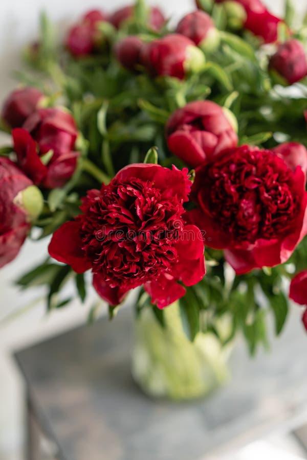 Belles fleurs dans le vase en verre Beau bouquet des pivoines rouges Composition florale, scène, lumière du jour wallpaper photographie stock