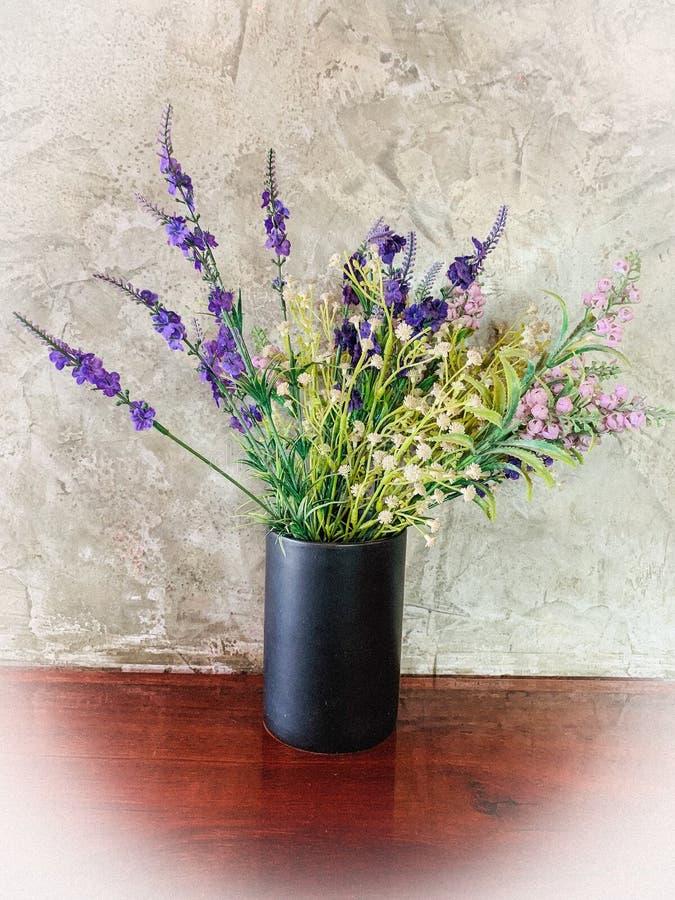 Belles Fleurs Dans Un Vase Noir Image stock - Image du bouquet, centrale: 6241847
