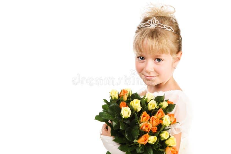 Belles fleurs de fixation de petite fille au-dessus de blanc photographie stock