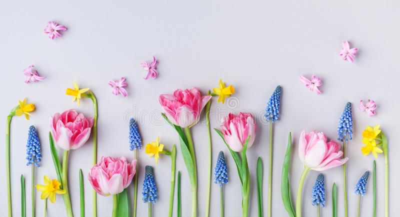 Belles fleurs de ressort sur le fond en pastel de table Carte de voeux pour le jour international de femmes Composition créatrice images stock