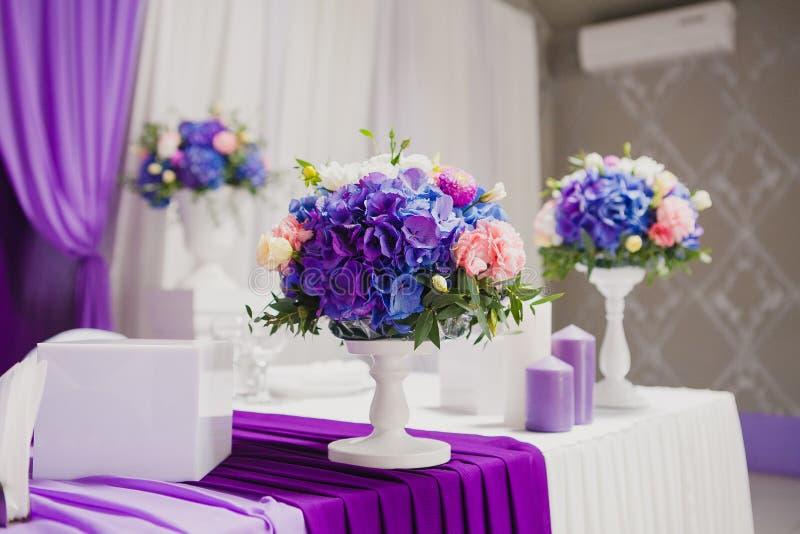 Belles fleurs et bougies sur la table dans le mariage images stock