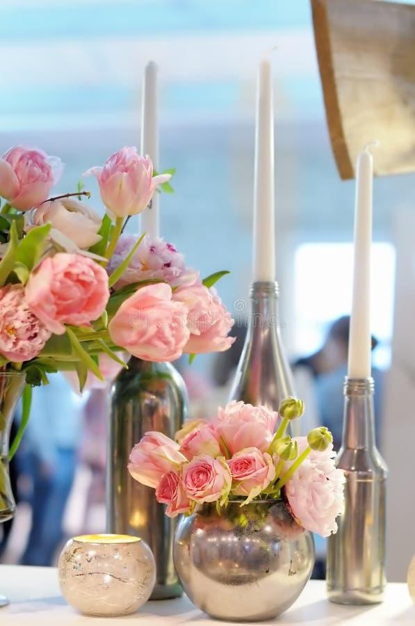 Belles fleurs roses et bougies de décoration photographie stock