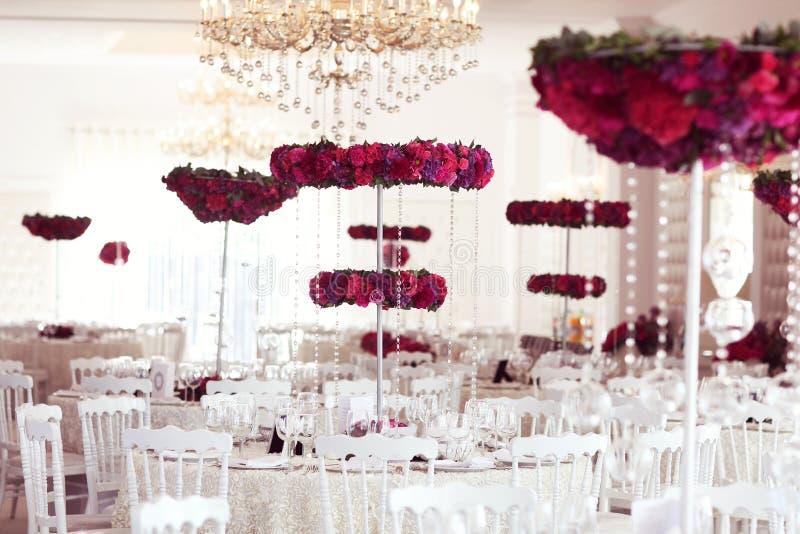 Belles fleurs sur la disposition de décoration de table de mariage images libres de droits