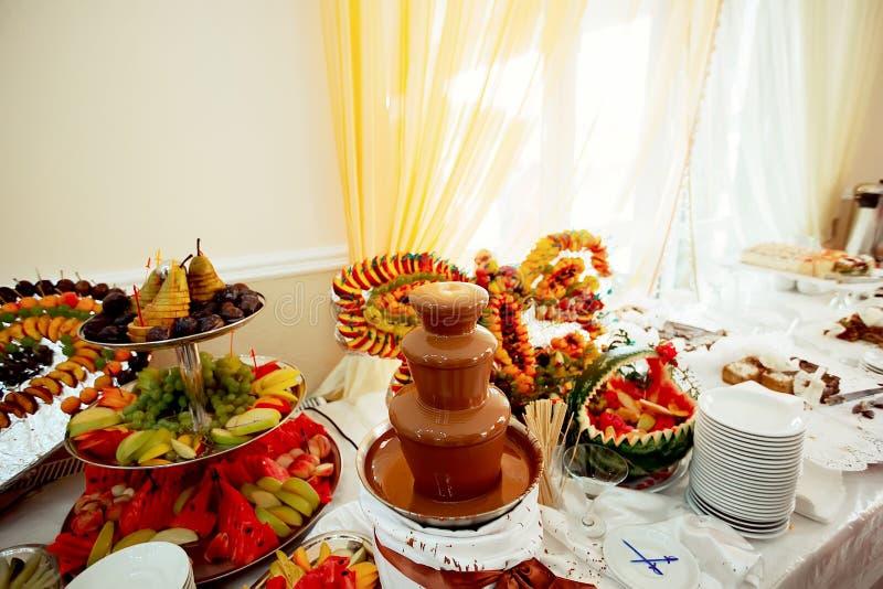 Belles fleurs sur la table dans le jour du mariage images libres de droits