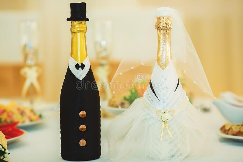 Belles fleurs sur la table dans le jour du mariage photographie stock