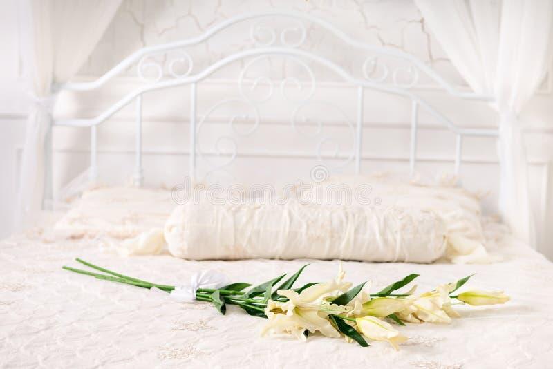 Belles fleurs sur le lit photo stock