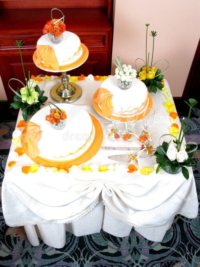 Belles fleurs sur un gâteau de mariage images stock