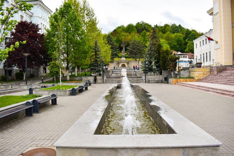 Belles fontaines dans le centre ville de la ville moderne Ramnicu Valcea Destination europ?enne de voyage Ramnicu Valcea, Roumani photographie stock libre de droits