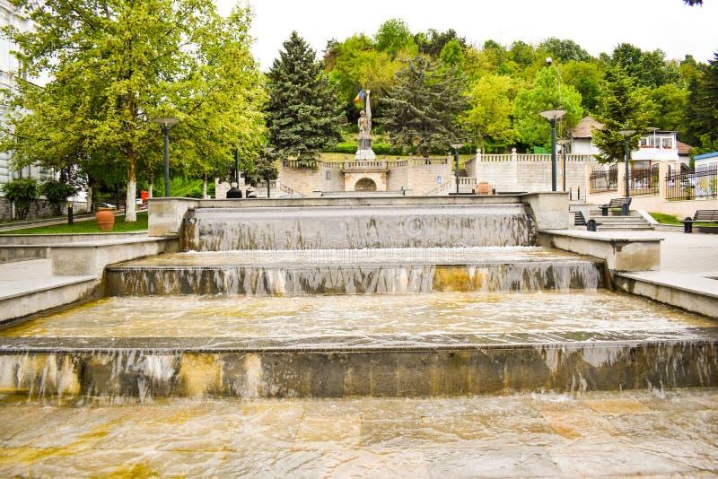 Belles fontaines dans le centre ville de la ville moderne Ramnicu Valcea Destination europ?enne de voyage Ramnicu Valcea, Roumani images stock